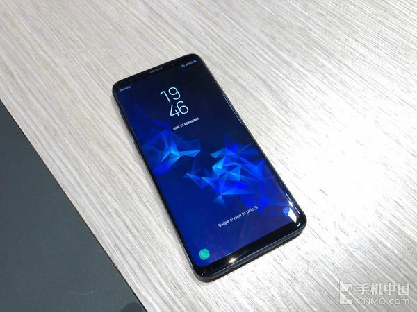 三星最近在MWC2018上发布了上半年旗舰Galaxy S9系列,现在网上曝光了一则重磅消息,S9系列因为出厂搭载的安卓8.0里拥有一个内置功能Project Treble,该机可以更快的升级至安卓9.0系统。据了解,Project Treble是谷歌为了加快厂商对安卓进行更新的最好努力,该功能通过分离Android核心框架和设备驱动的存储区,使系统在升级时仅需要更新与操作系统相关的代码,从而实现比以往更快的更新速度。目前在市面上已经有一些具备Poject Treble功能的手机,例如华为Mat